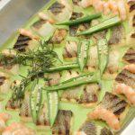 香ばしく炙った白身魚グリンピースとオニオンのソース